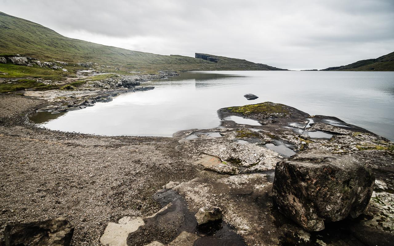 Фареры, день 1 0825|Озеро Сорвагсватн и вид на скалу Треланипа