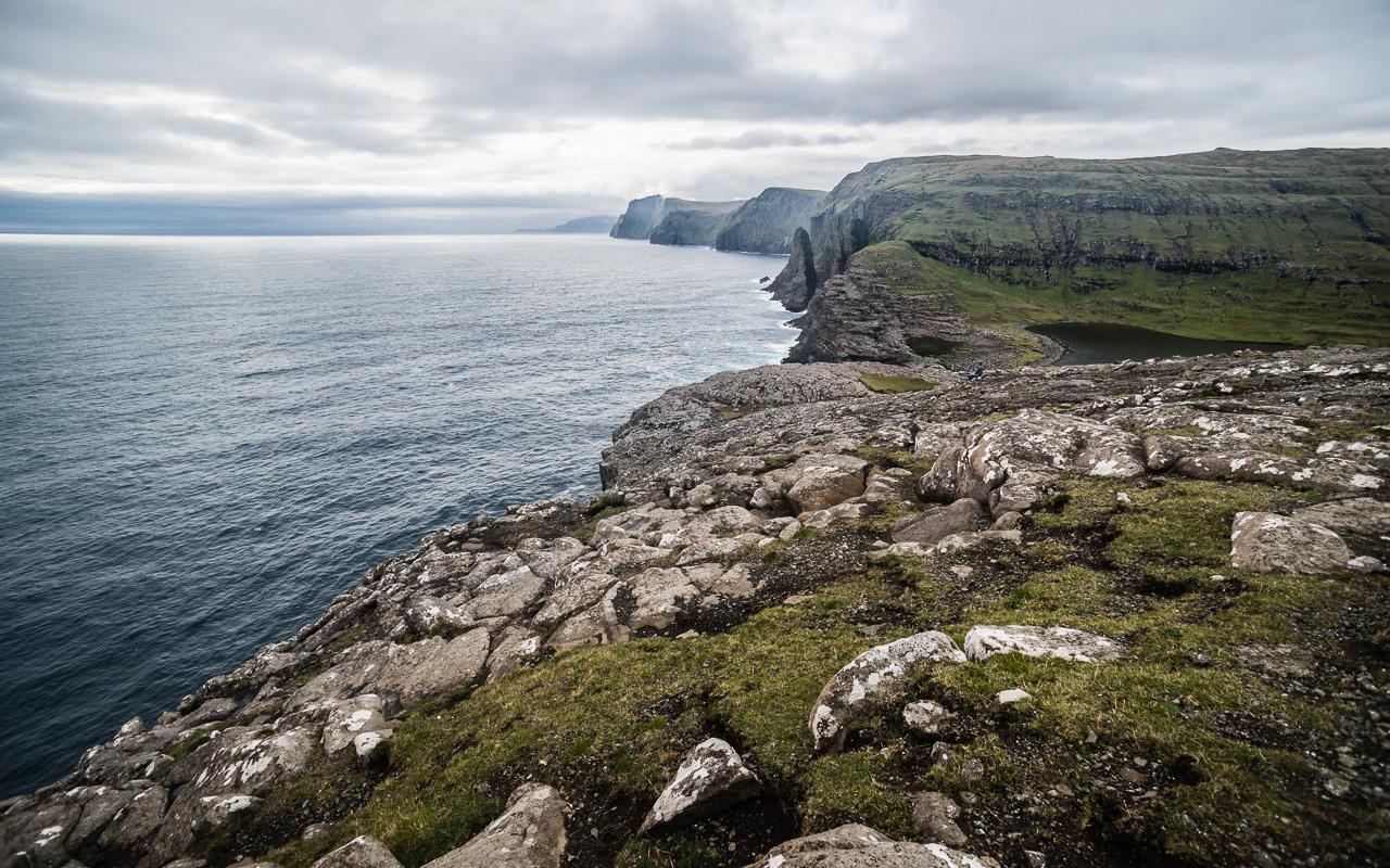 Фареры, день 1 0873|Вид со скалы Треланипа на скалы острова Вагар