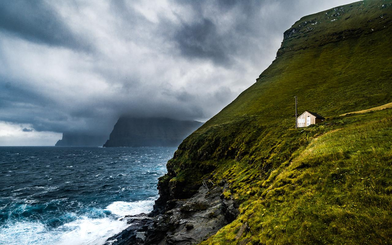 Фареры, день 5 1607|Одинокий домик на скале в Тролланесе