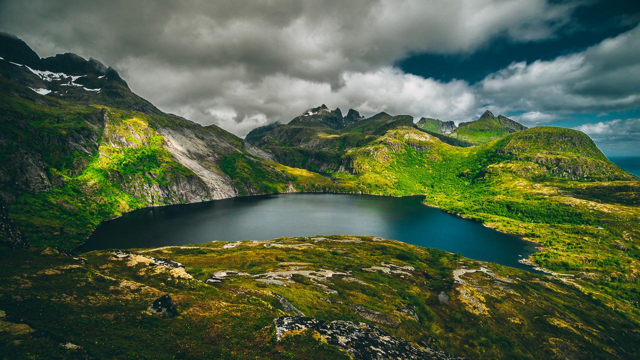 Лофотены, хайк на Тиндстинден 3464|Нижнее озеро, поднявшись повыше