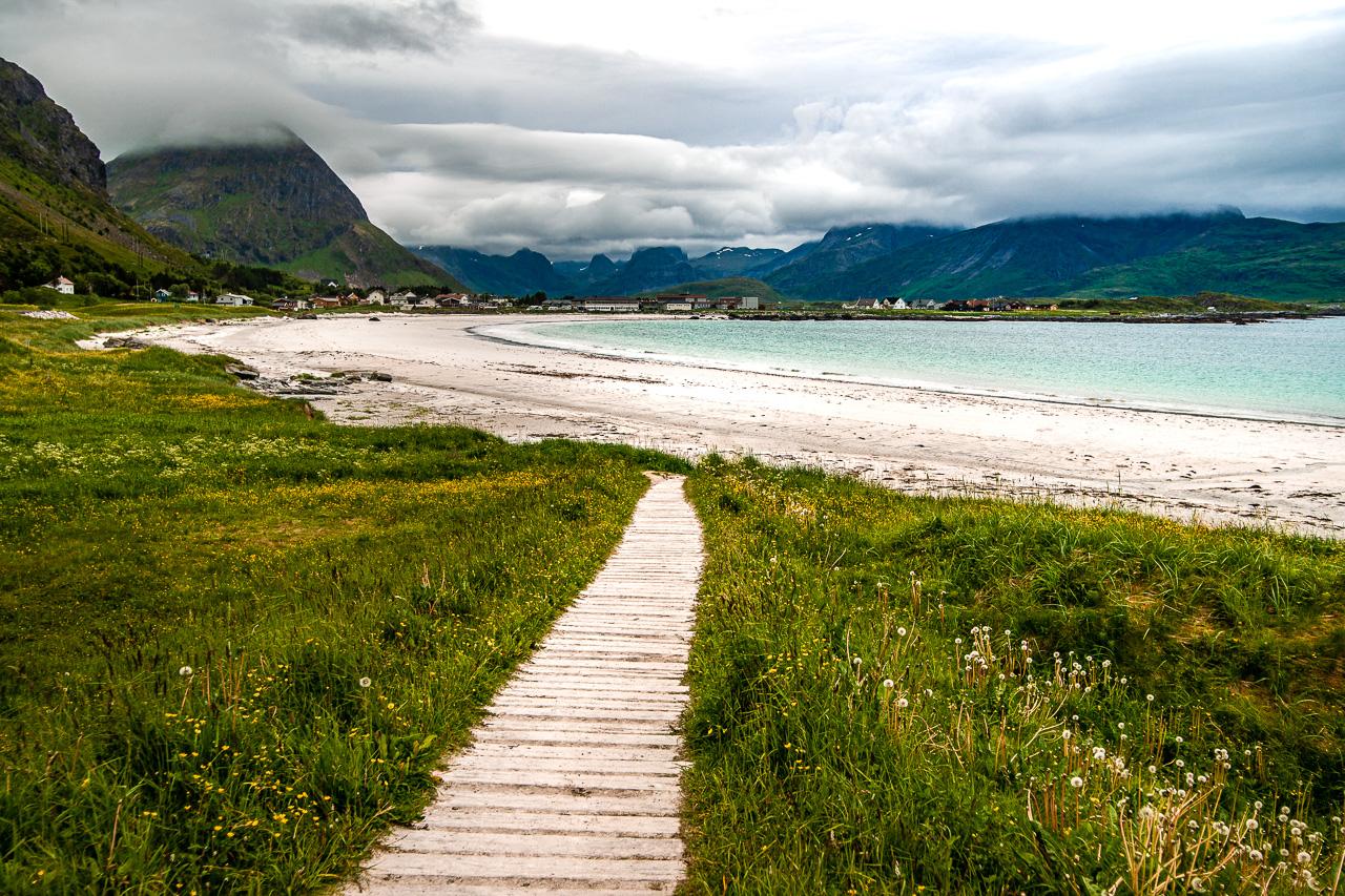 Лофотены, Нуббен и Нюсфьорд 3573|Деревянная тропинка на пляж Рамберга