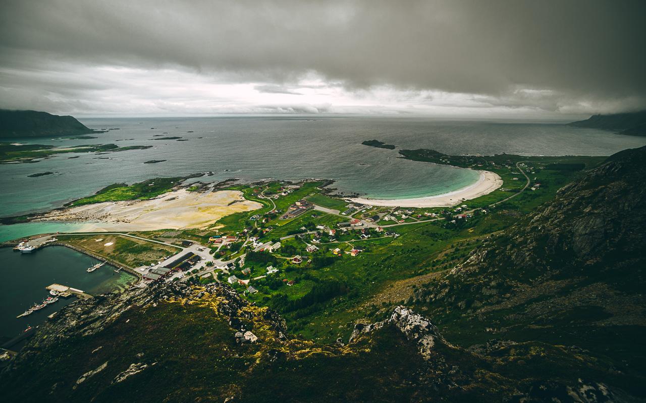 Лофотены, Нуббен и Нюсфьорд 3633|Вид с Нуббена на Рамберг и пляж