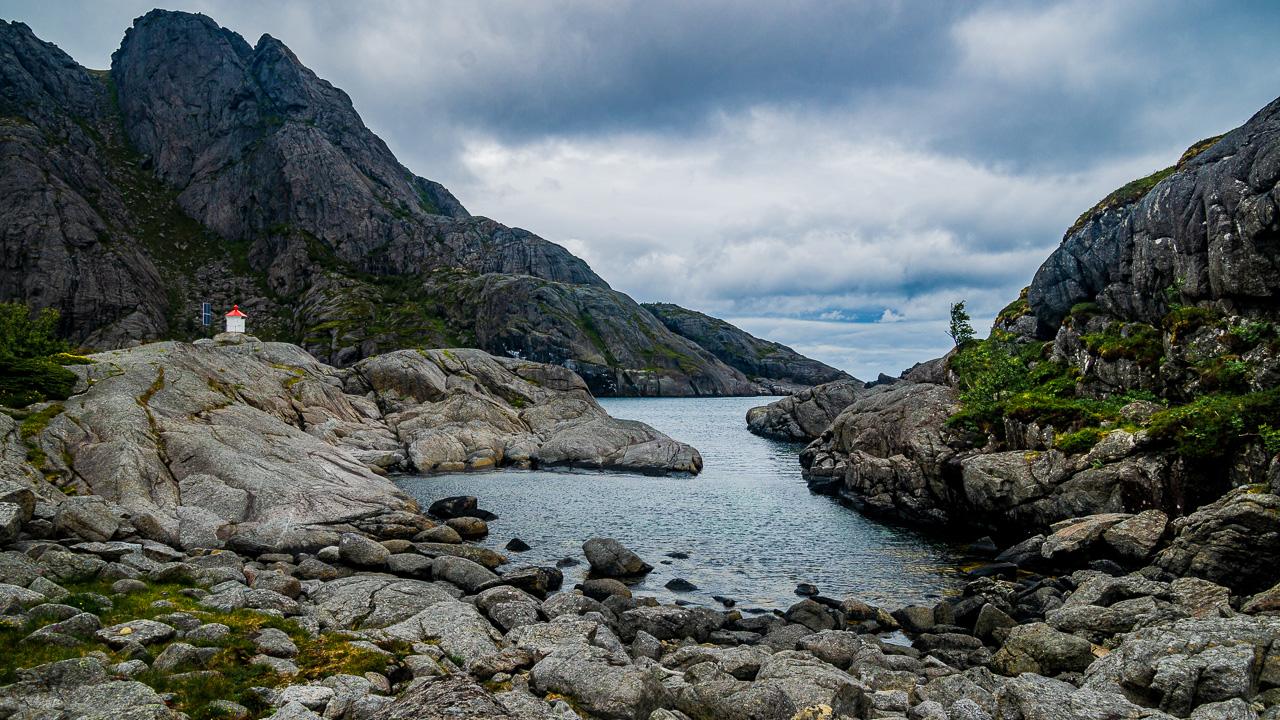 Лофотены, Нуббен и Нюсфьорд 3695|Маяк и скалы около Нюсфьорда